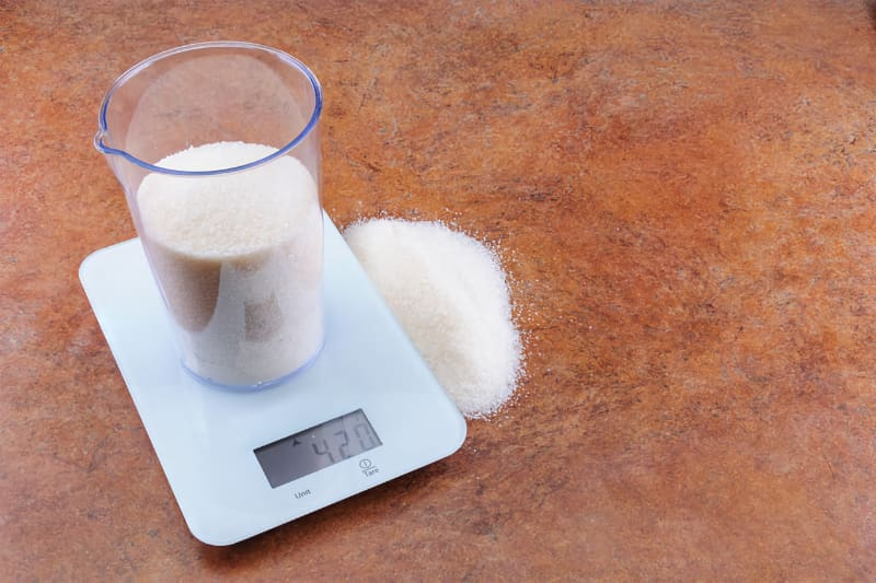 This photo demonstrates the importance of weighing sugar for simple syrup, to get consistent quality and sweetness in a production environment like a cocktail bar. (© foto4inet/123RF photo)